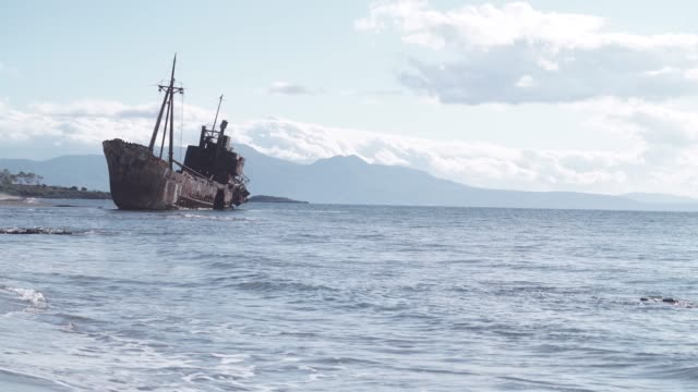 rusty broken shipwreck on sea shore - кораблекрушение стоковые видео и кадры b-roll