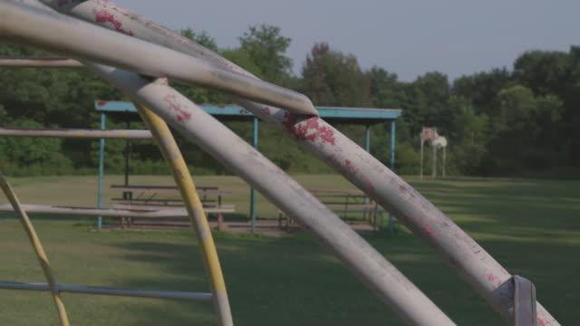 vídeos de stock, filmes e b-roll de ginásio da selva enferrujada em playground vazio - descascado