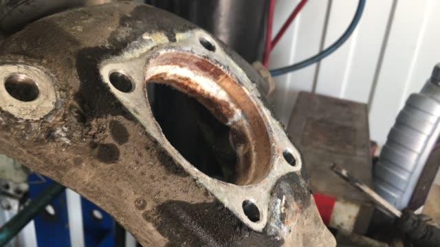 vídeos de stock e filmes b-roll de rusty part of a car part, hub. car repair in a service station - fundo oficina