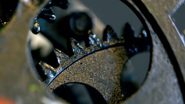 vídeos de stock e filmes b-roll de rusty retro mechanic clock gears - dentes