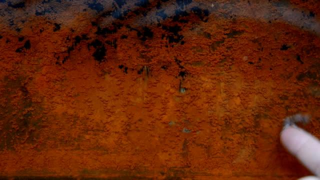 rostige blech im wasser. - schmutzfleck stock-videos und b-roll-filmmaterial