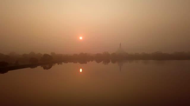 ruwanwelisaya stupa anuradhapura, sri lanka. - i̇badet yeri stok videoları ve detay görüntü çekimi