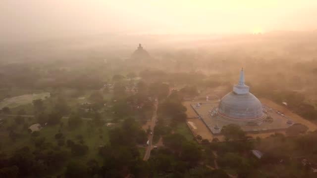 ruwanwelisaya stupa anuradhapura, sri lanka. - stupa stok videoları ve detay görüntü çekimi