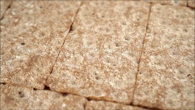 vidéos et rushes de les pains croustillants de seigle sont empilés en rangées - seigle grain