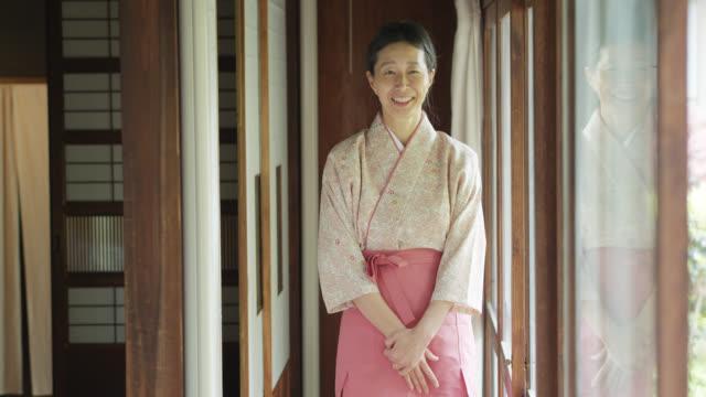 Ryokan hôtesse bowing et souriant à la caméra - Vidéo