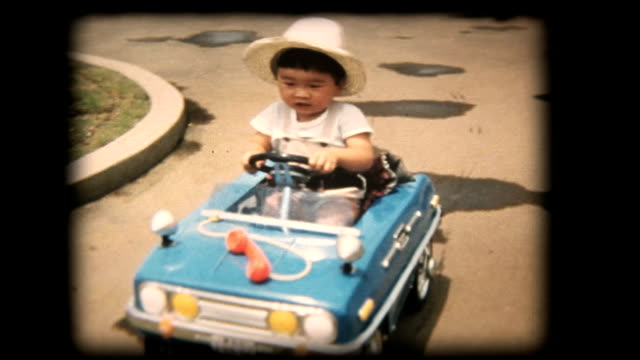 60's 8mm footage - boy playing with a toy car - 移動圖像 個影片檔及 b 捲影像