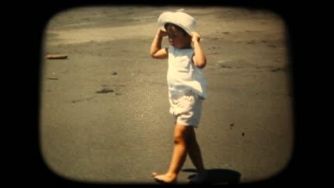 vidéos et rushes de séquences de 8 mm des années 60 - boy éclaboussures dans la mer - vintage