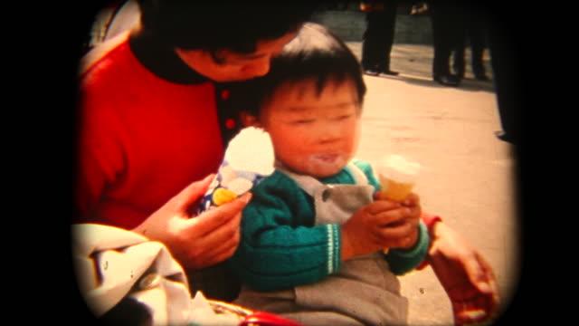 60 年代の 8 mm 映像 - 母と息子、アイスクリームを食べる - アーカイブ画像点の映像素材/bロール