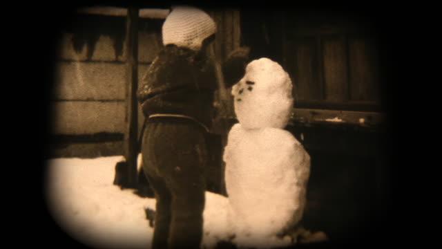 60 年代の 8 mm 映像 - 雪だるまで遊んで - アーカイブ画像点の映像素材/bロール