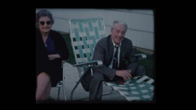 1960-talet familj östra europeiska morföräldrar & mor och pojke hänger utanför - sentimentalitet bildbanksvideor och videomaterial från bakom kulisserna