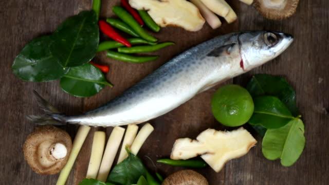 saba fisk i thailand tom yum soup krydda, slow motion - marinad bildbanksvideor och videomaterial från bakom kulisserna