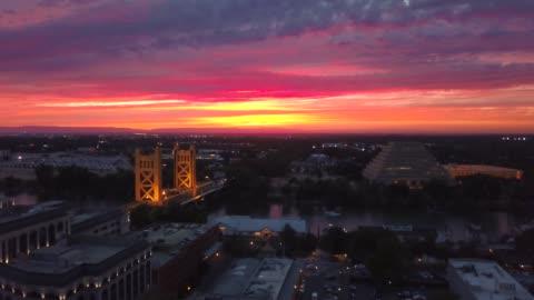 vídeos de stock e filmes b-roll de sacramento tower bridge and view of west sacramento - capitais internacionais