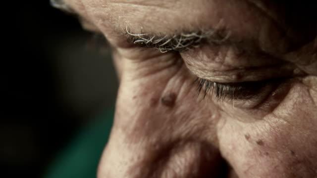 vidéos et rushes de vieil homme triste et dépressive ressemble: retraité, homme solitaire, homme déprimé - grand père