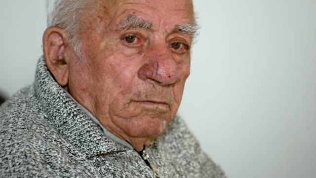 Anciano deprimido y triste. Retrato de hombre anciano pensativo - vídeo