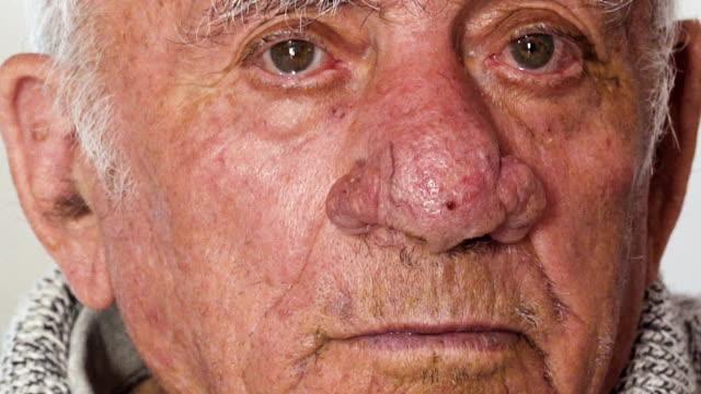 vídeos de stock, filmes e b-roll de homem velho triste e deprimido. retrato de homem idoso pensativo - geriatria