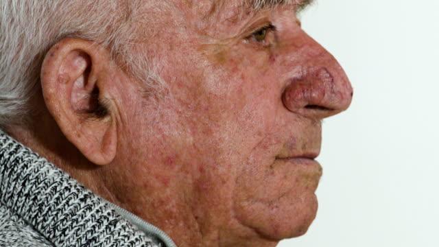 Hombre triste y reflexivo. Retrato de hombre anciano pensativo - vídeo