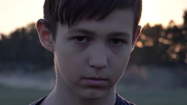 vídeos de stock e filmes b-roll de sad boy looks compassionately at the camera, homeless boy, pain on face, close up - ameaça