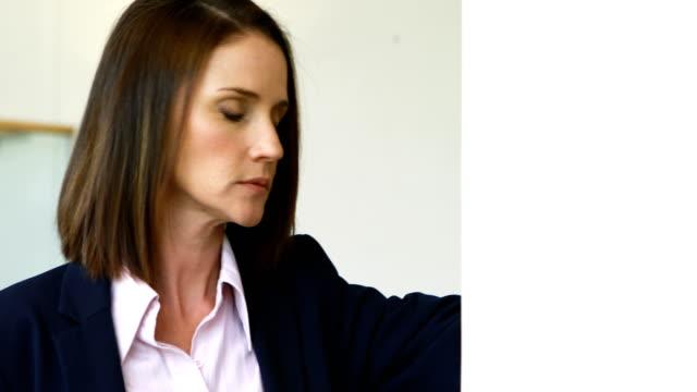 sorgliga affärskvinna lutar på vägg 4k - blazer bildbanksvideor och videomaterial från bakom kulisserna