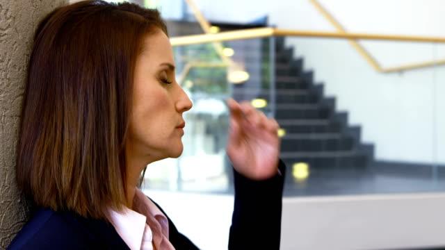 sorgliga affärskvinna sitter mot vägg 4k - blazer bildbanksvideor och videomaterial från bakom kulisserna