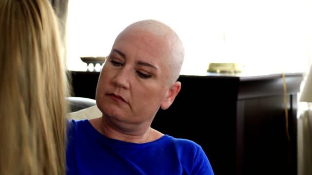 üzgün kanser hastası ile uzun saç peruk - peruk stok videoları ve detay görüntü çekimi