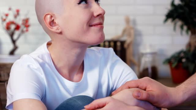 üzgün, depresif kanser hasta kadının kocası tarafından desteklenmektedir - meme hayvan vücudu bölümleri stok videoları ve detay görüntü çekimi