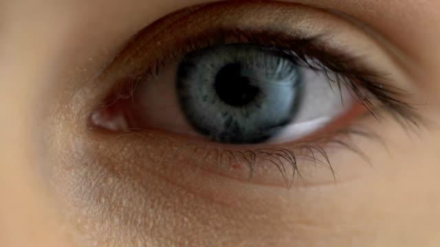 悲しい女性クローズ アップ、抑うつ感情、視力病、健康管理 - 郷愁点の映像素材/bロール