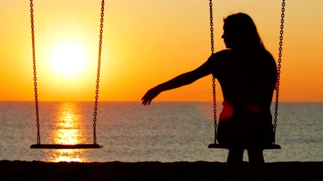 ledsen flicka vid solnedgång saknas hennes partner - saknad känsla bildbanksvideor och videomaterial från bakom kulisserna