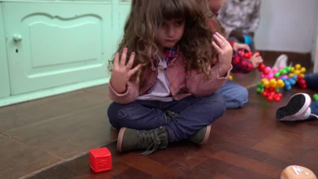 vídeos y material grabado en eventos de stock de muchacha triste llorando sentado contra amigos - escuela preescolar