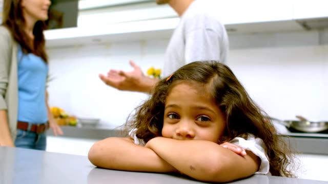 Traurige Mädchen mit Armen gefaltet, während die Eltern quarreling – Video