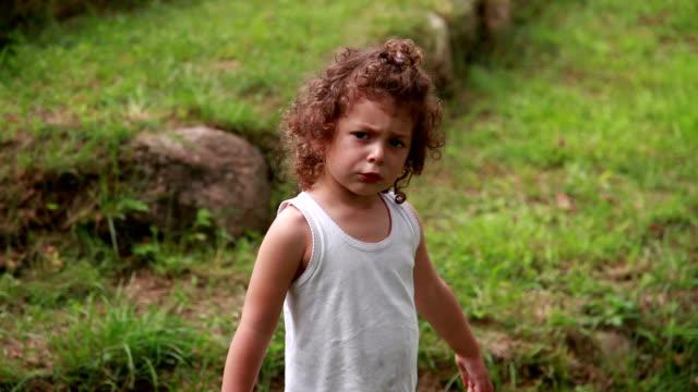 sad little girl walking away - wine filmów i materiałów b-roll