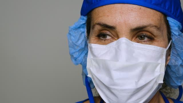 ledsen, sjuk, överarbetad, kvinnlig vårdarbetare - face mask bildbanksvideor och videomaterial från bakom kulisserna