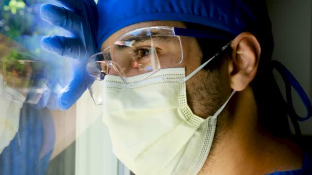 vidéos et rushes de triste, malade, surmené, jeune travailleur de la santé masculin - infirmier