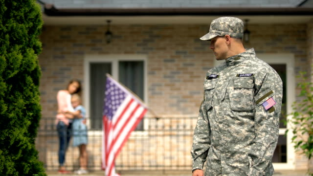 smutny żołnierz wyjeżdżający na wojnę, zdenerwowana rodzina zostaje w domu, niebezpieczna okupacja - państwo lokalizacja geograficzna filmów i materiałów b-roll