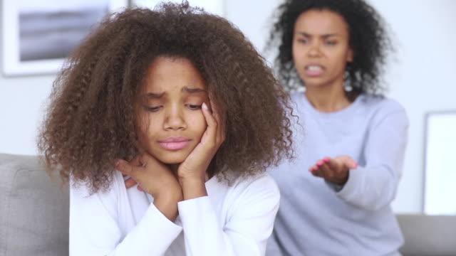 悲傷的 青少年 非洲 女孩 不安 由 嚴格 媽媽 責駡 女兒 - 父母 個影片檔及 b 捲影像