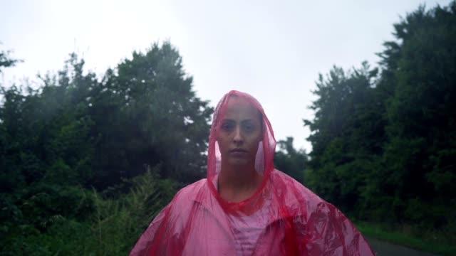 Traurige Frau im Sturm – Video