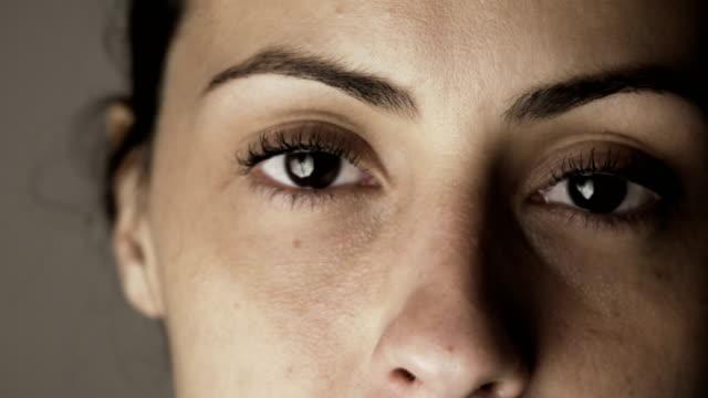 stockvideo's en b-roll-footage met treurige vrouw kijken camera - vrouw verdrietig