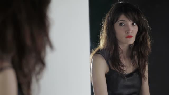 sad woman - endast unga kvinnor bildbanksvideor och videomaterial från bakom kulisserna
