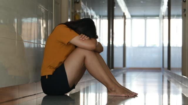 vídeos de stock e filmes b-roll de sad woman with barefoot hug her knee and crying - ameaça