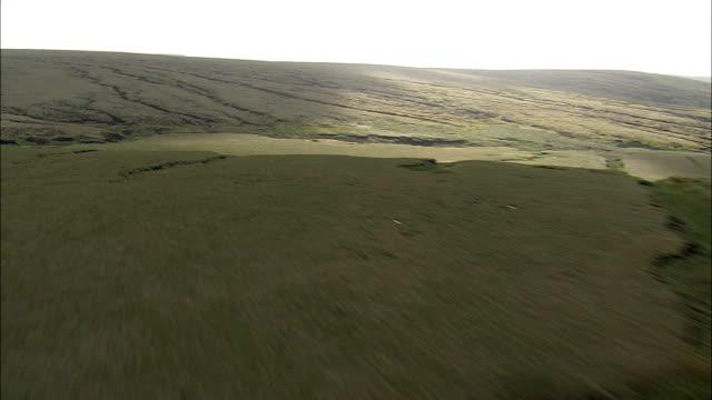 saddleworth moor - flygfoto - england, oldham, saddleworth helikopter filmning, antenn video, cineflex, upprätta skott, storbritannien - djurkropp bildbanksvideor och videomaterial från bakom kulisserna