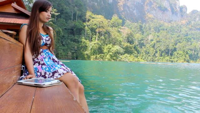 sadly woman sitting alone on jetty - endast unga kvinnor bildbanksvideor och videomaterial från bakom kulisserna
