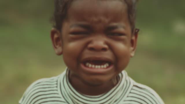 vídeos y material grabado en eventos de stock de tristeza - niñas bebés