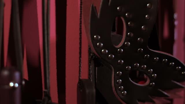 vídeos de stock, filmes e b-roll de sala de sadomasoquismo: objetos de prática. brinquedos do sexo. - domínio