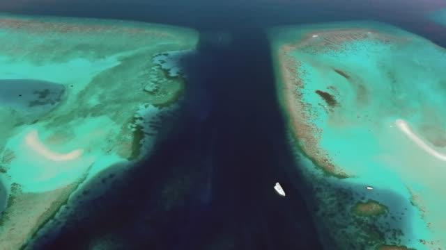 vídeos y material grabado en eventos de stock de un barco safari anclado en medio de un canal de maldivas - anclado