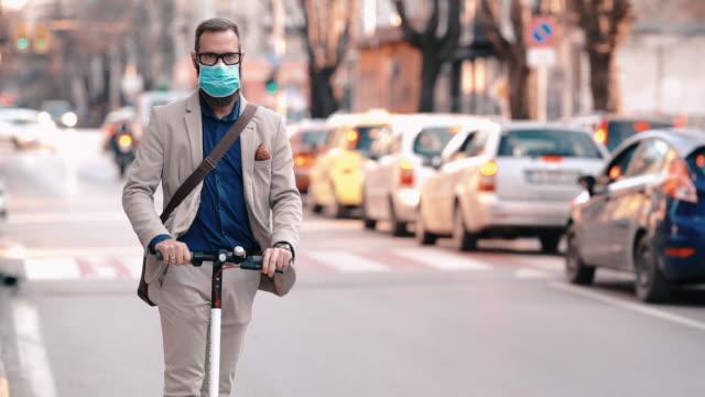 safe transport during covid-19 pandemic - monopattino elettrico video stock e b–roll