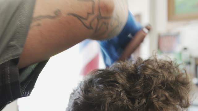 vídeos de stock e filmes b-roll de safely visiting the barbershop during covid-19 coronavirus pandemic - covid hair