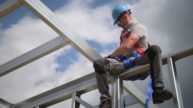 safety harness equipment. caucasian contractor in his 30s - imbracatura video stock e b–roll