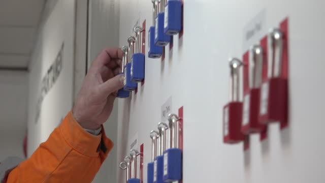 loto (sperre und tag) sicherheitsverfahren - etikett stock-videos und b-roll-filmmaterial