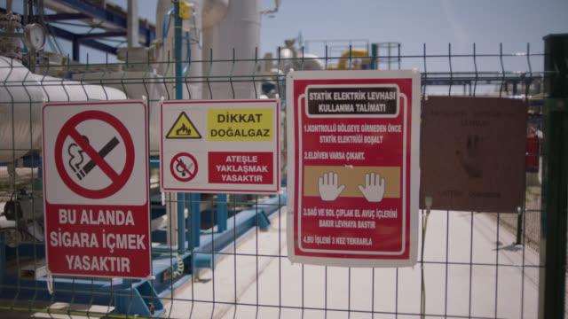 vídeos y material grabado en eventos de stock de señales de seguridad - etiquetas de peligro, advertencia y precaución - no fumar - placa de electricidad estática - descarga eléctrica