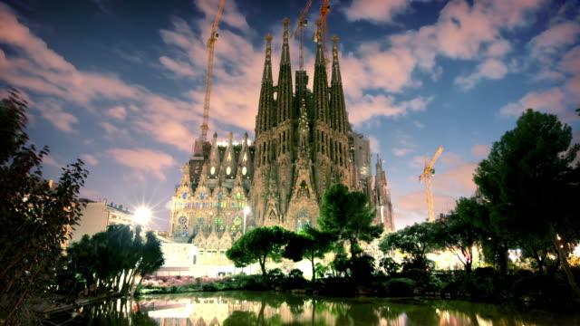 Sagrada Familia à la tombée de la nuit, Barcelone, Espagne - Vidéo