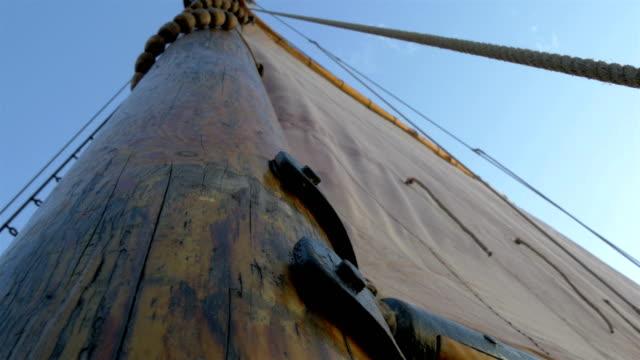GH4 4Kを航行するための大きな布を持つ船の帆マスト ビデオ
